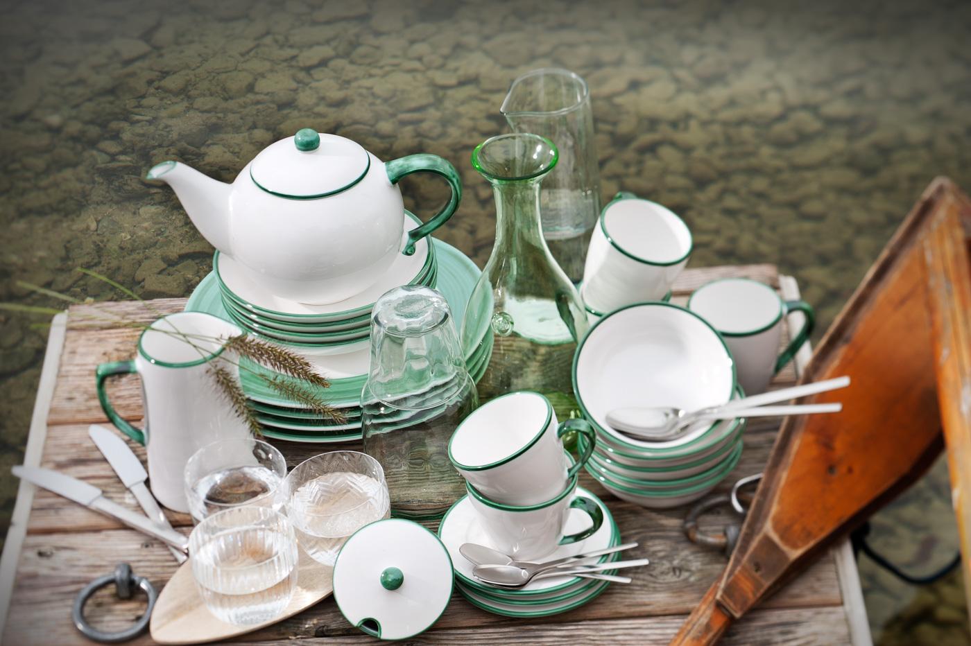 Gmundner Keramik mit grünem Rand, Kaffeszene auf Holzsteg am See