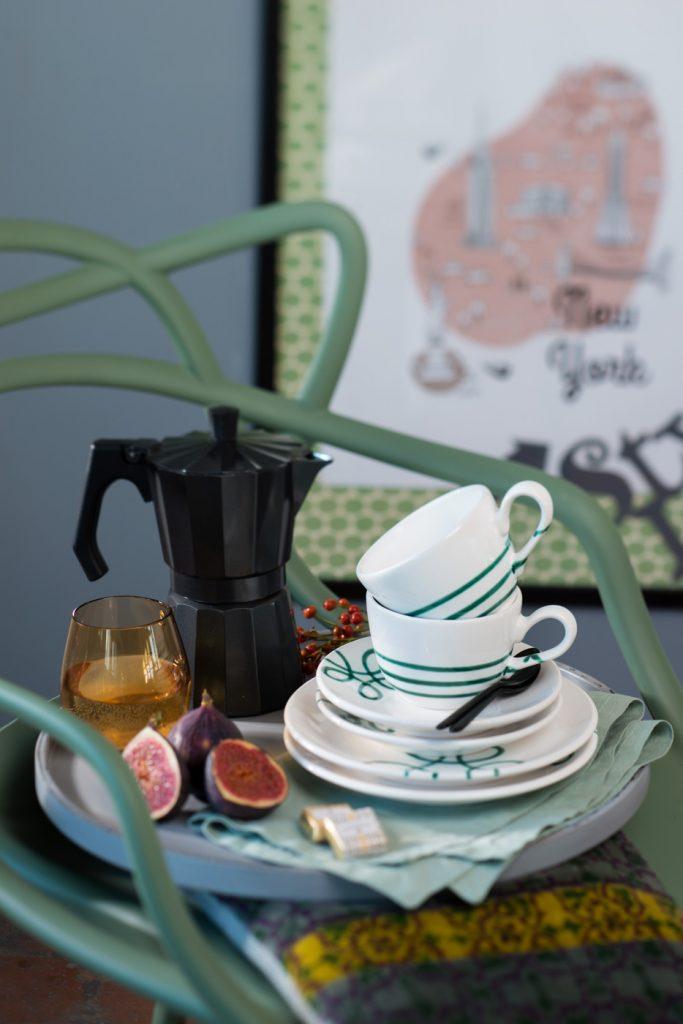 Pur Gmunder Keramik auf Sessel mit Moccamaschine