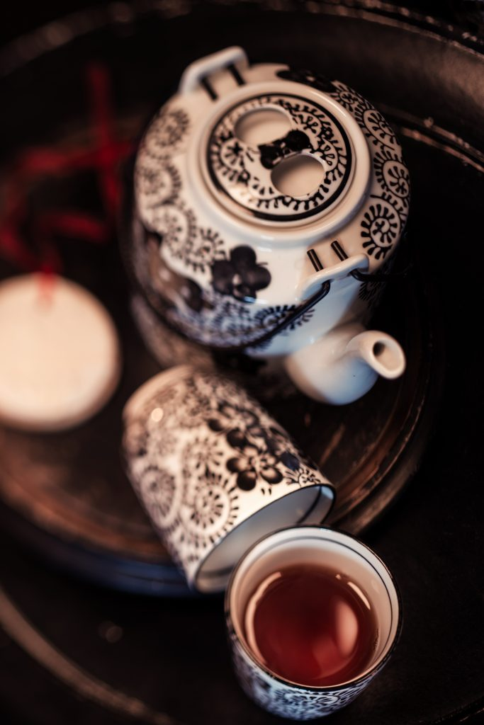 Teeservice schwarz weiß gemustert