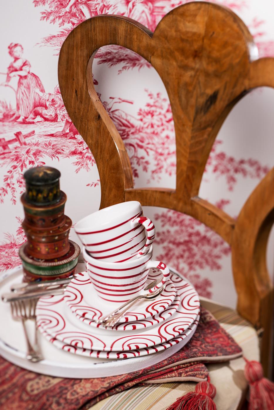 Gmundner Keramik rot geflammt auf Biedermeiersessel