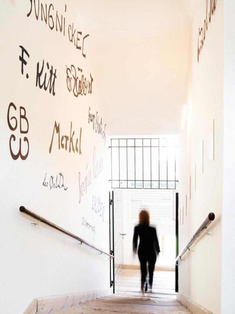 mensch geht die Treppe runter