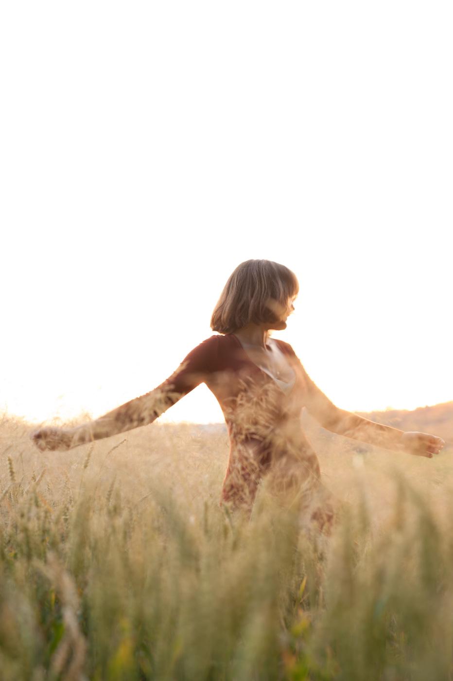 junges Mädchen im Getreidefeld