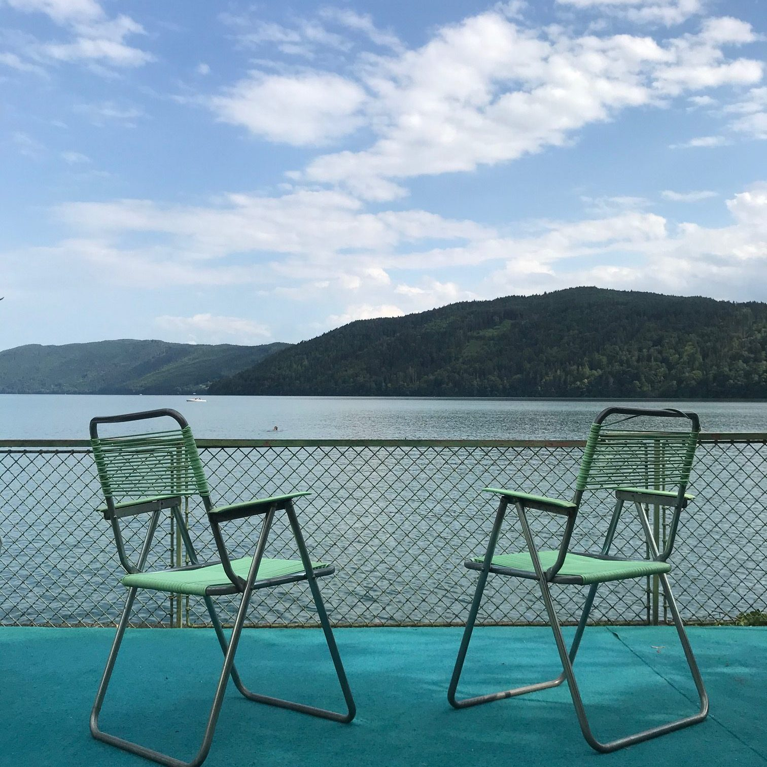 Zwei Stühle am Seeufer